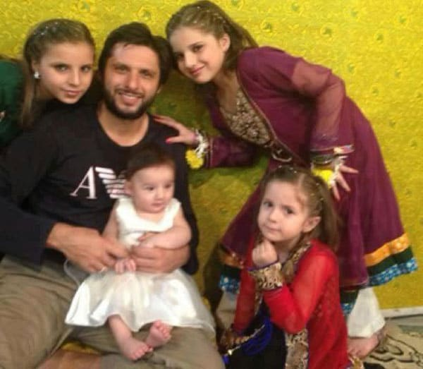 Meet Shahid Afridi and his lovely daughters