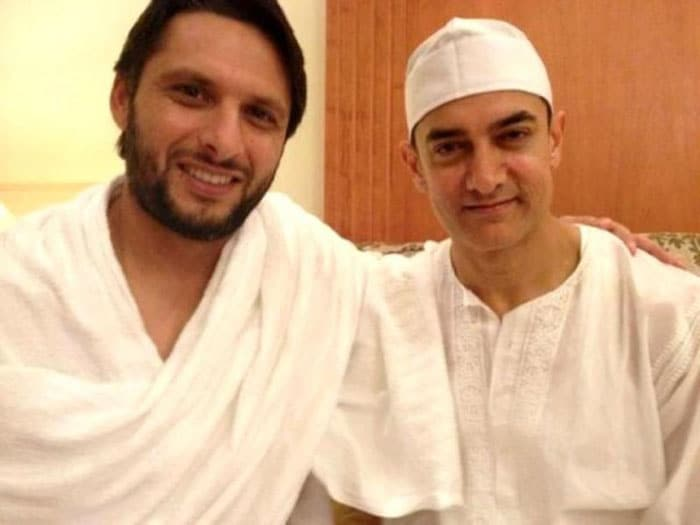 Shahid Afridi meets Aamir Khan in Mecca while on Hajj