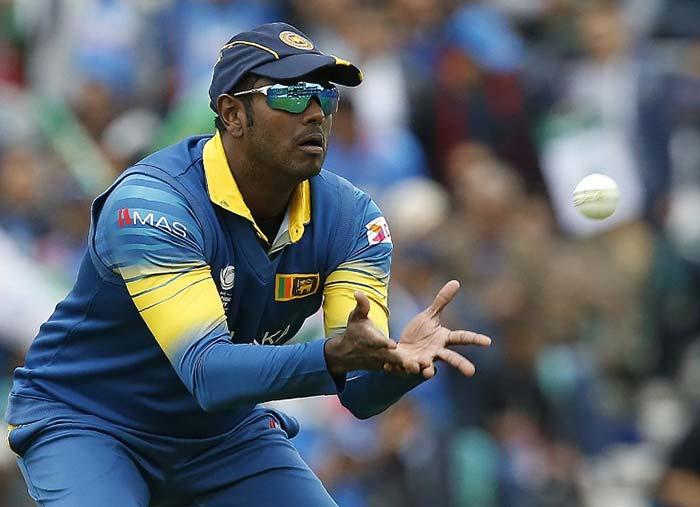 चैंपियंस ट्रॉफी: बल्लेबाजों की मेहनत पर गेंदबाजों ने फेरा पानी, धवन का शतक गया बेकार...