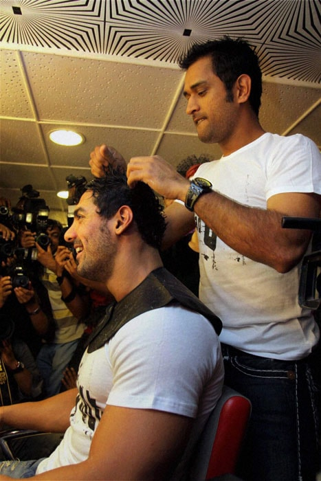 Dhoni turns hair-stylist