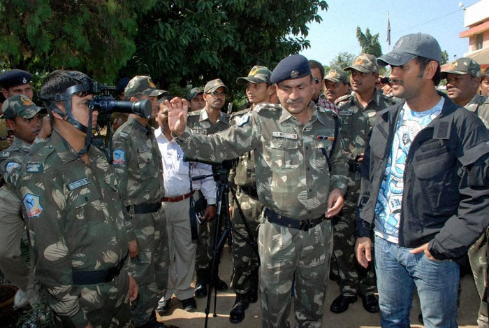 Dhoni's day out with Jaguar <i>jawans</i>