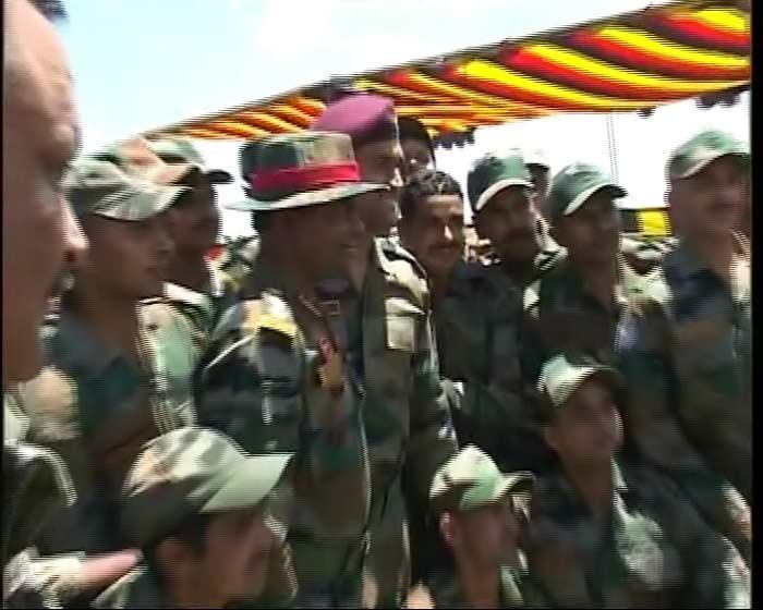 Lieutenant Colonel Dhoni meets soldiers in J&K