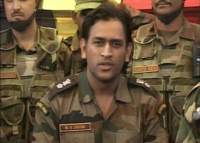 Dhoni meets soldiers in Jammu & Kashmir