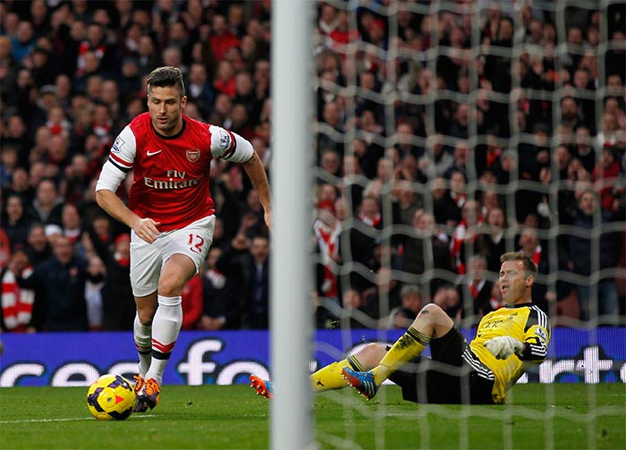 Giroud brace helps Arsenal extend lead at top