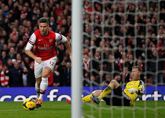 Giroud brace helps Arsenal extend lead at top