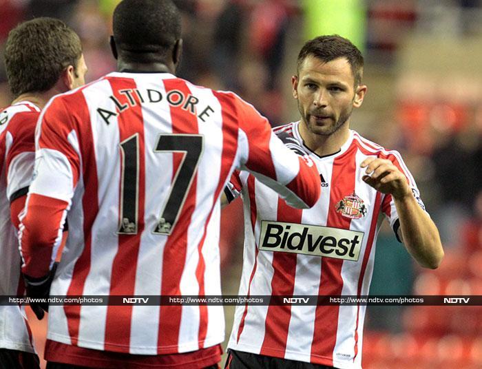 Robin van Persie sinks Arsenal, City stunned by Sunderland