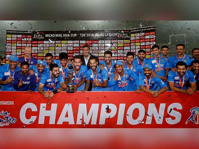 Photo : माही ने जड़ा 'विनिंग छक्का', टीम इंडिया ने 'स्टाइल' से जीता एशिया कप