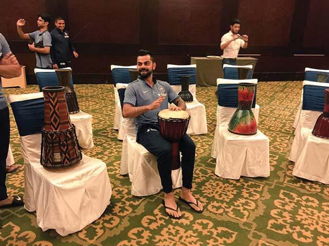 Photo : कुंबले संग टीम इंडिया की संगीतमय शुरुआत, कोहली और धोनी ने ड्रम बजाकर बांधा समां