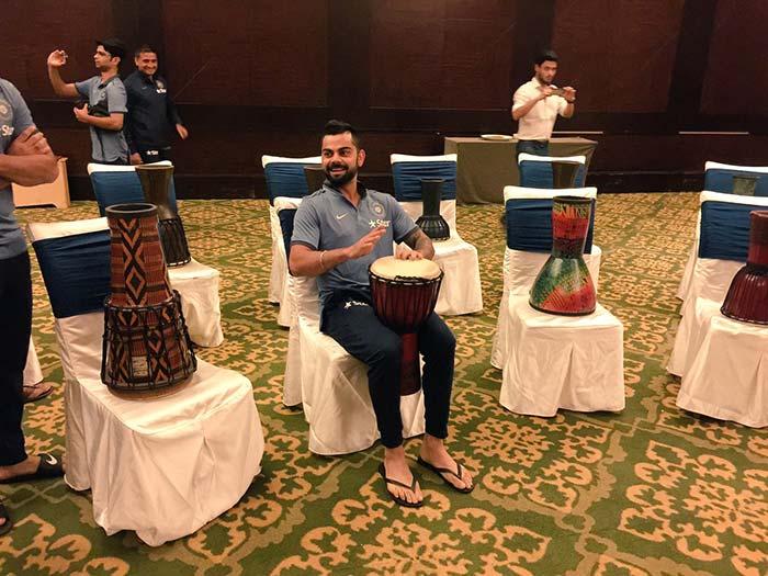 कुंबले संग टीम इंडिया की संगीतमय शुरुआत, कोहली और धोनी ने ड्रम बजाकर बांधा समां