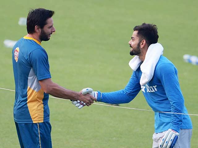 Photo : मैदान पर भारत-पाक टीम के बीच दिखे ये प्यार भरे लम्हे...