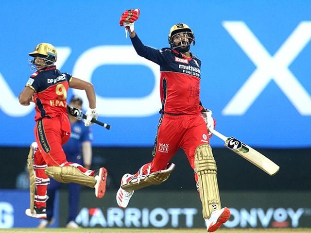 Photo : टी20 लीग: एबी डिविलियर्स, हर्षल पटेल की मदद से बैंगलोर ने मुंबई को 2 विकेट से हराया