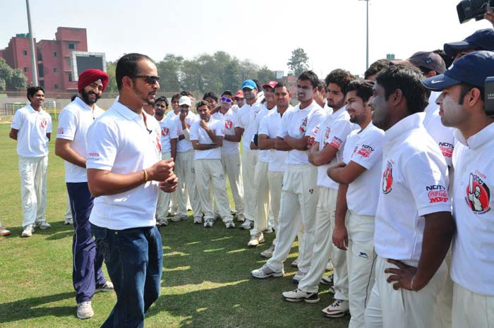 Murali Kartik has a session with the Jamia Millia Islamia team
