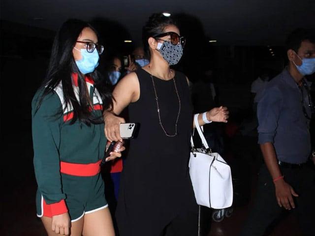 Photo : बेटी न्यासा के साथ मुंबई एयरपोर्ट पर स्पॉट की गईं एक्ट्रेस काजोल