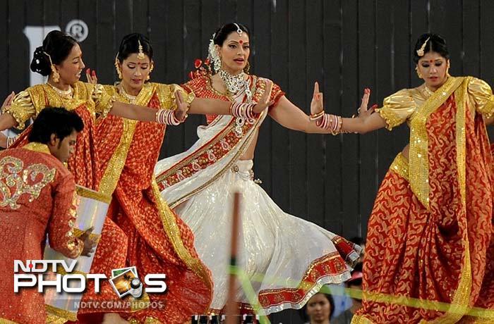 Amitabh, Priyanka rock at Pune stadium's opening ceremony