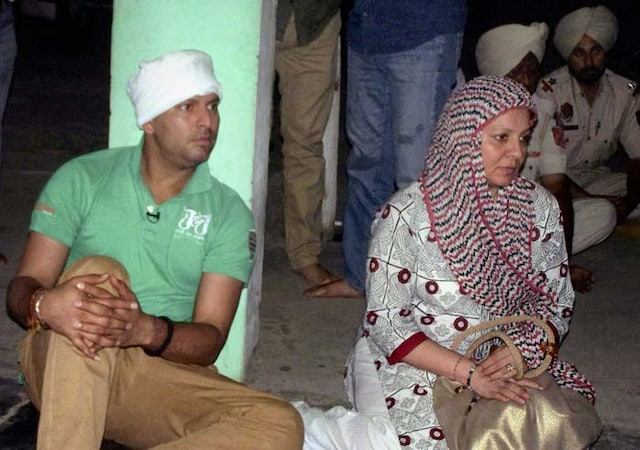 Yuvraj visits Dera Hansaliwale with mother Shabnam