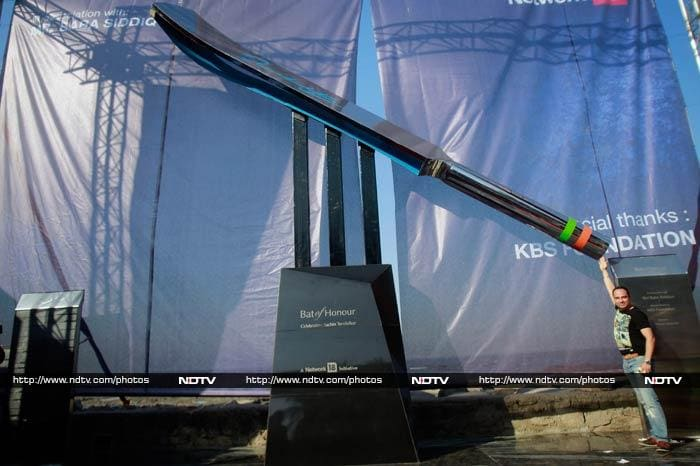 Five-ton bat celebrates Sachin Tendulkar, the legend