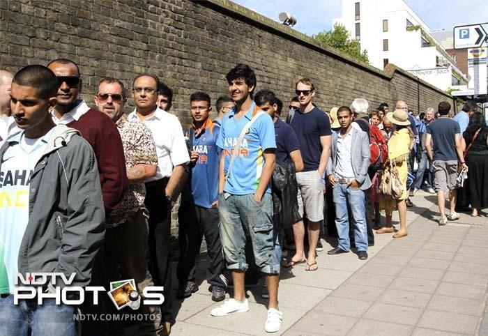 Sachin Tendulkar mobbed at Lord's