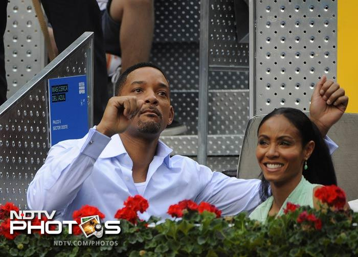 Will Smith presents Roger Federer 'Men in Black' suit