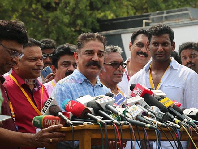 நடிகர் சங்க தேர்தலுக்கு ஆர்வமுடன் வாக்களிக்க வந்த பிரபலங்களின் புகைப்படங்கள்