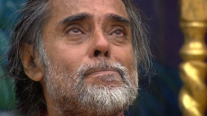 बिग बॉस 10 : घरवालों ने पकड़ी चोरी तो रोने लगे ओम स्वामी, मोना-प्रियंका में हुई बहस