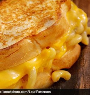 Hosting A Party? This Grilled Macaroni Cheese Sandwich Will Be Your Party-Starter
