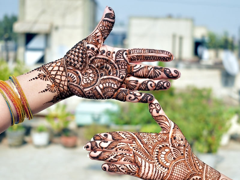Karwa Chauth 2019: How to Get Dark <i>Mehndi</i> With These 7 Tips