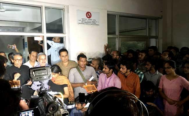 छात्र नजीब के लापता होने को लेकर JNU में हंगामा, गृहमंत्री ने पुलिस कमिश्नर से बात की