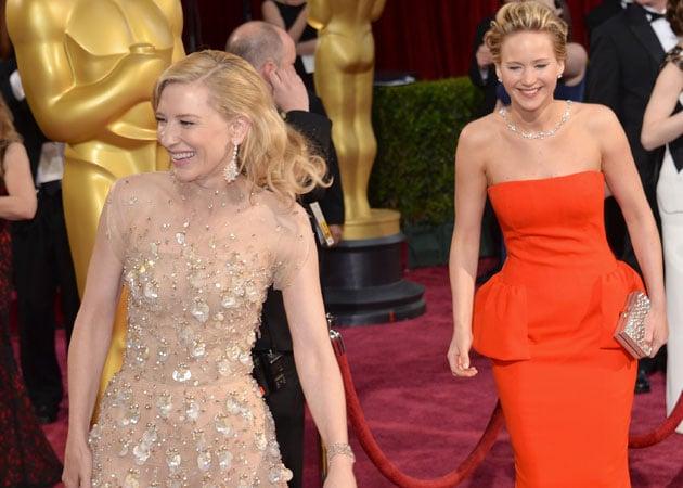 Oscars 2014: Cate Blanchett shows Jennifer Lawrence how ...