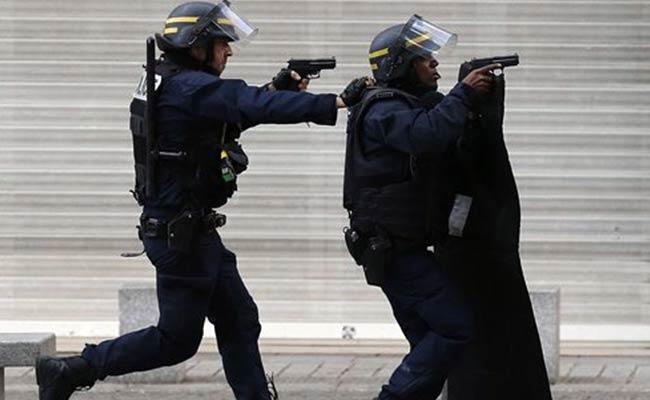 2 Terrorists Killed, 7 Arrested as Raid Targeting Paris Attack Mastermind Ends