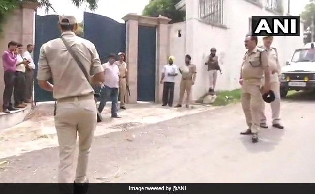 जम्मू-कश्मीर : पूर्व CM फारूक अब्दुल्ला के घर में जबरन कार घुसा शख्स ने की तोड़फोड़, सुरक्षाबलों ने मारी गोली