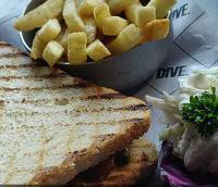 ग्रिल्ड वेज पेस्तो सैंडविच