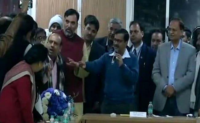 सीलिंग के मुद्दे पर बीजेपी नेताओं का सीएम केजरीवाल के घर के बाहर धरना, विजेंद्र गुप्ता ने दर्ज कराई मारपीट की शिकायत