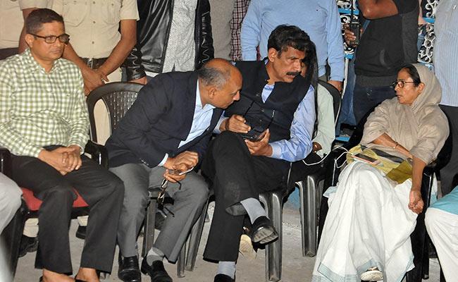 कोलकाता में हाईवोल्टेज ड्रामा, कमिश्नर राजीव कुमार के घर पहुंचे CBI अधिकारियों और पुलिसकर्मियों की भिड़ंत के बाद CM ममता बनर्जी धरने पर