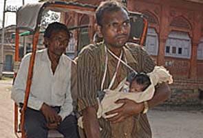 रिक्शाचालक की एक महीने की बच्ची दामिनी वेंटिलेटर पर