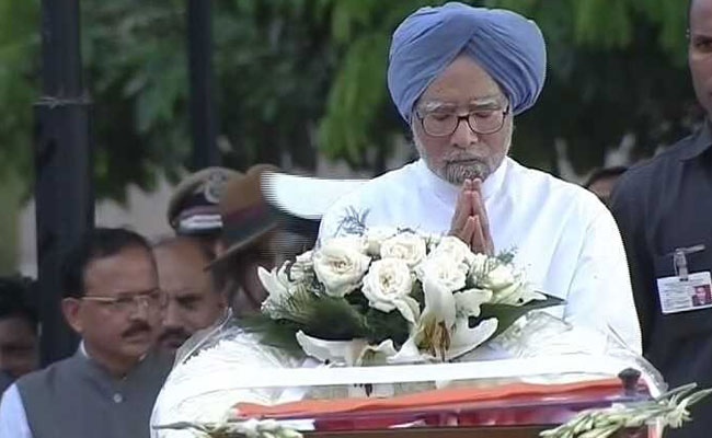 Former Prime Minister Manmohan Singh pays his respects to Atal Bihari  Vajpayee cbb8a164a