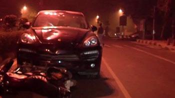 Video : Woman driving Porsche crashes into bike