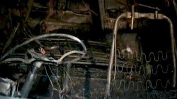 Video : चलती कार में लगी आग, 4 मरे