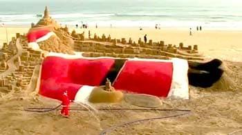 Video : रेत से बना 35 फीट लंबा सैंटा