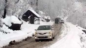Video : Cold wave hits north India, heavy snow in J&K