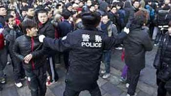 Video : Apple halts sale of iPhone 4S in China after riots in Beijing