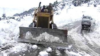 Video : After fresh snowfall, Jammu-Srinagar highway closed again