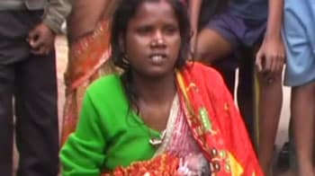 Video : Doctors tell woman to go home, she delivers at roadside stall