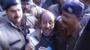 Video : Man arrested for throwing shoe at Team Anna in Dehradun