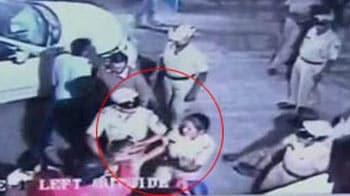 Videos : आईएएस की पत्नी ने दिखाई हेकड़ी