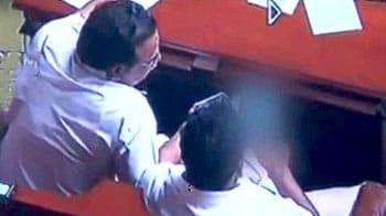 Videos : बदसूरत चेहरे की सजा आईने को!