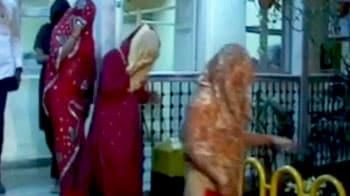 Videos : ब्यूटी पार्लर में चल रहा था जिस्मफरोशी  का धंधा
