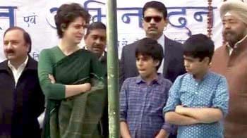 Video : पहली बार चुनावी मंच पर दिखे प्रियंका के बच्चे...