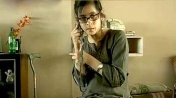 Videos : विकलांग महिला को प्लेन से उतार दिया