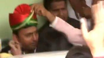 Video : Samajwadi Party on the way to winning UP, Akhilesh 'crowned' king