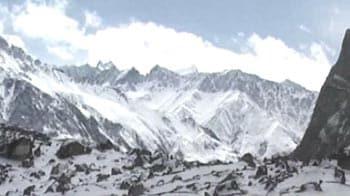 Video : Avalanche buries 100 Pakistani soldiers near Siachen glacier